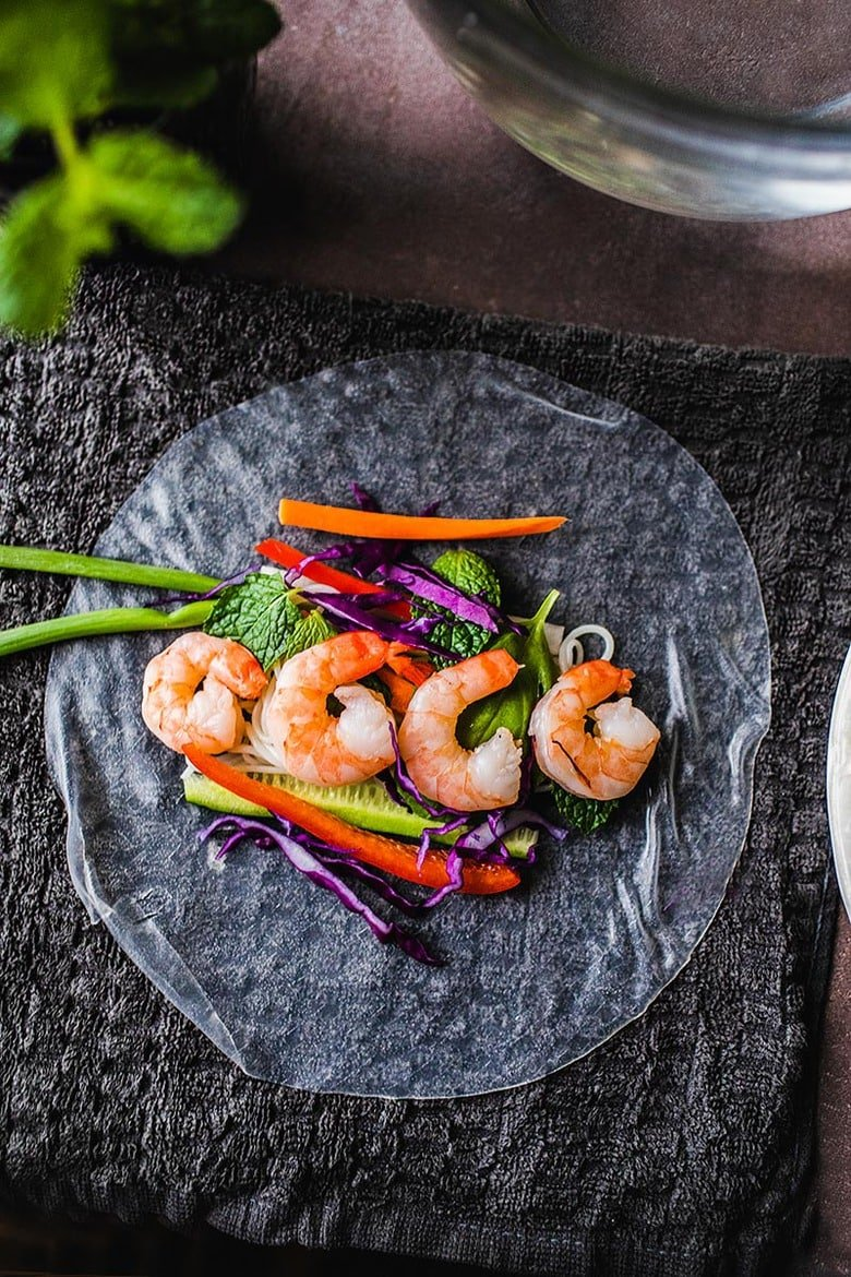 Vietnamese Spring Rolls filled with your choice of shrimp or tofu, veggies and vermicelli noodles. Light and healthy! #summerrolls #springrolls #saladrolls #vietnamesespringrolls