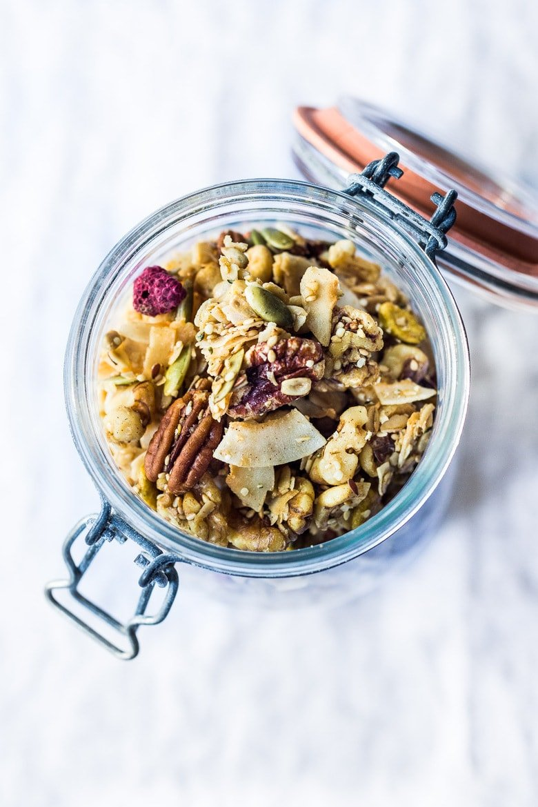 Homemade Granola! How to make the BEST healthy vegan granola, sweetened with maple syrup. Full of nuts, seed and delicious clusters! #granola #granola #vegangranola #veganbreakfast