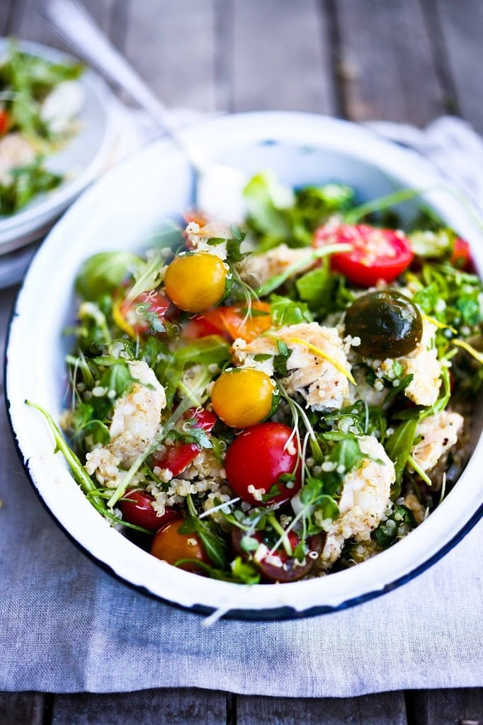 25 Healthy Lunch Ideas! Quinoa Chicken Salad with Arugula, summer tomatotes, fresh parsley and mint and a lemony dressing. Packable and delicious!