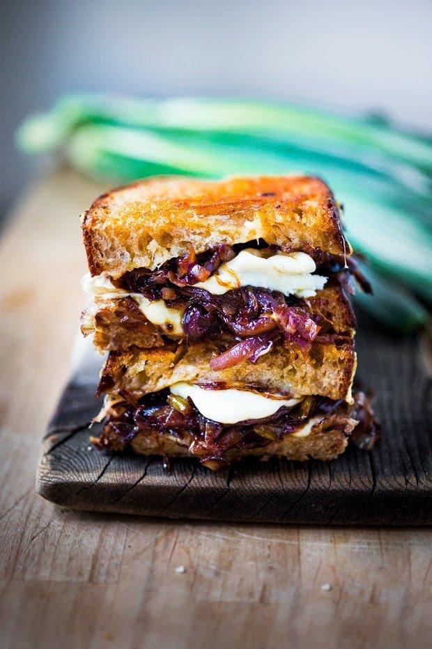 French Onion Grilled Cheese Sandwich with Caramelized onions, melty Gruyere and toasty bread. A cozy vegetarian dinner perfect for the colder months! #grilledcheese #sandwich #frenchonion #grilledcheesesandwich #vegetarianrecipes www.feastingathome.com