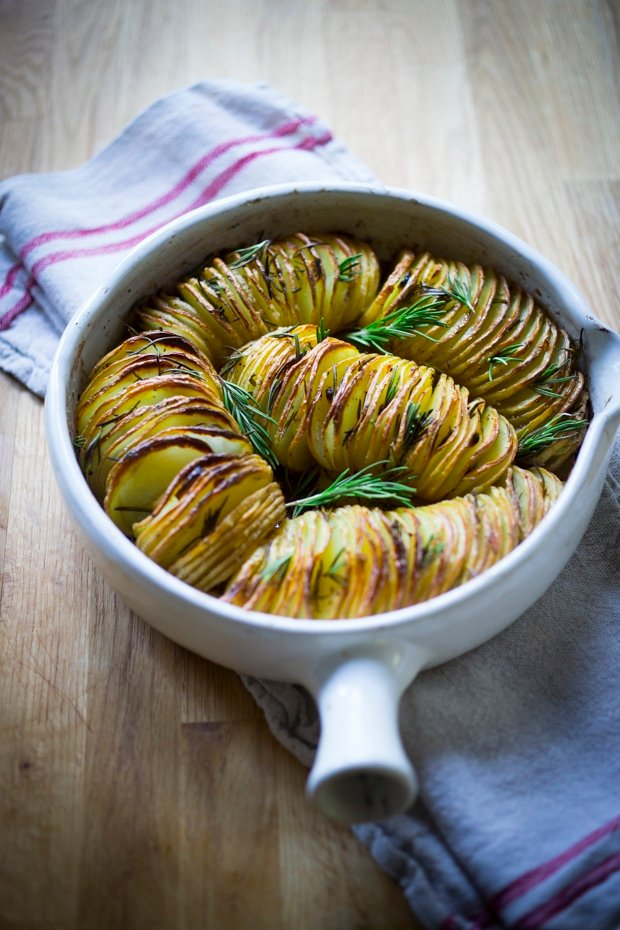 Baked Hasselback Potatoes with Rosemary and Garlic are totally vegan and so easy to make! A healthy and delicious side dish! #hassleback #hasselbackpotatoes