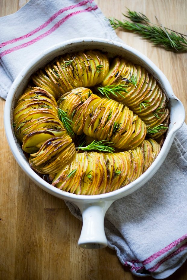 Hasselback Potatoes with Rosemary and Garlic || 20 Vegetarian SIDE DISHES that will turn your dinner into a feast! | www.feastingathome.com