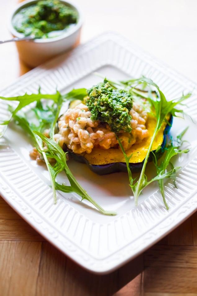 Farro Risotto with roasted acorn squash and falvorful Pesto- a delicious vegetarian main course, perfect for fall! #farrorisotto #farro #vegetariandinner #fallrecipes