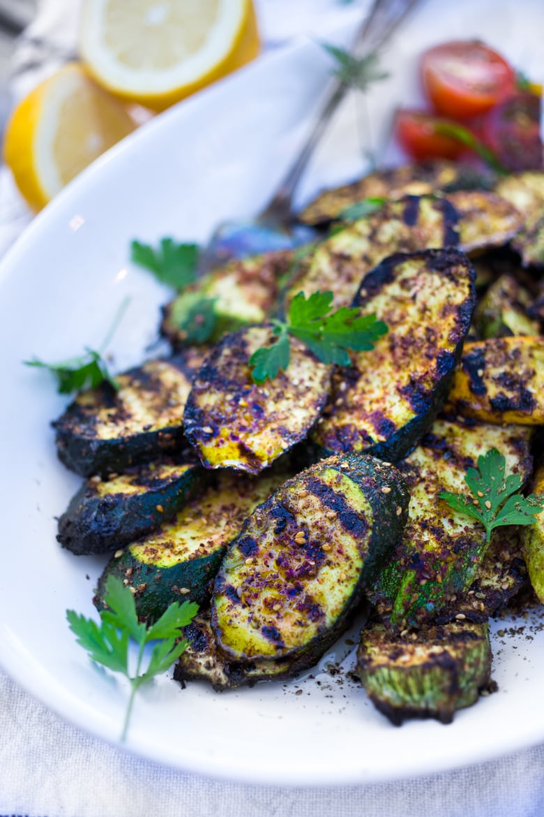 Grilled Zucchini with zaatar, garlic and lemon. Full of flavor, this vegetable side dish is delicious and healthy!