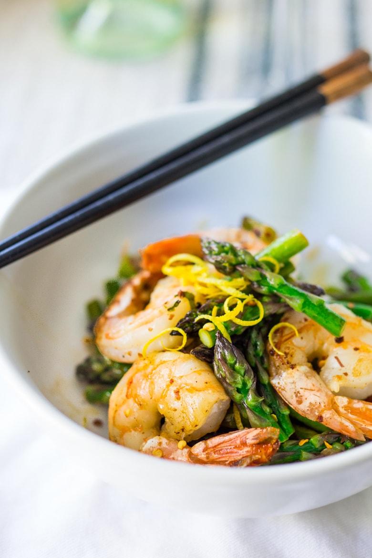 10 LIGHT & FRESH SUMMER DINNERS | Lemon Basil Shrimp and asparagus...make in 15 mins! | feastingathome.com