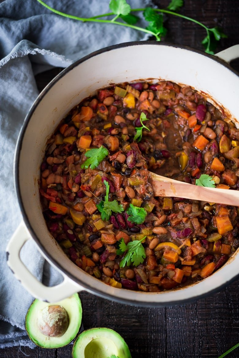 A healthy vegan chili recipe that is loaded up with nutritious veggies- a great way to use up all those stray veggies in the fridge. Healthy and FULL of flavor! #veganchili #vegetarainchili #easychili #healthychili #vegandinnerrecipes