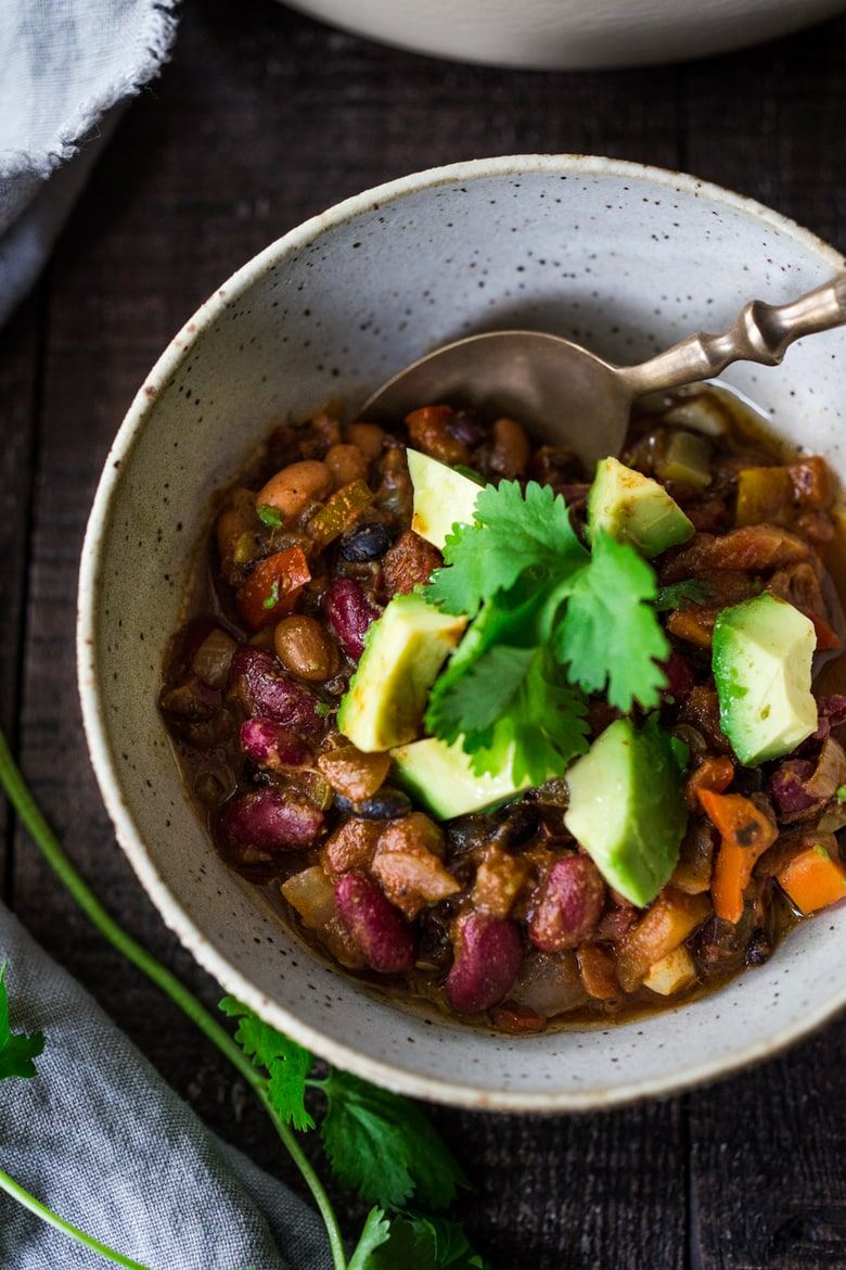 The BEST vegan Chili -A healthy vegan chili recipe that is loaded up with nutritious veggies- a great way to use up all those stray veggies in the fridge. Healthy and FULL of flavor! #veganchili #vegetarainchili #easychili #healthychili #vegandinnerrecipes