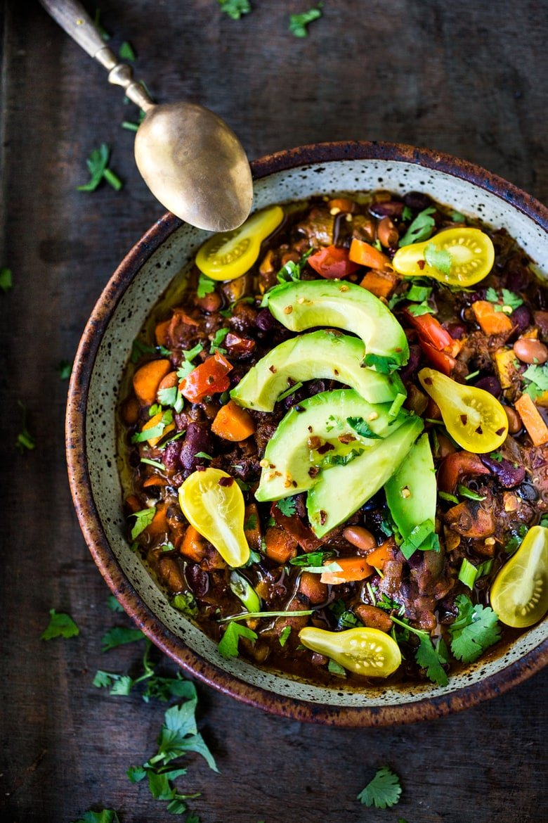 Quick Vegan Chili - loaded up with healthy veggies and beans, this deep and complex recipe will even convert meat-eaters! Make a big batch on Sunday, then serve it during the busy workweek! | www.feastingathome.com