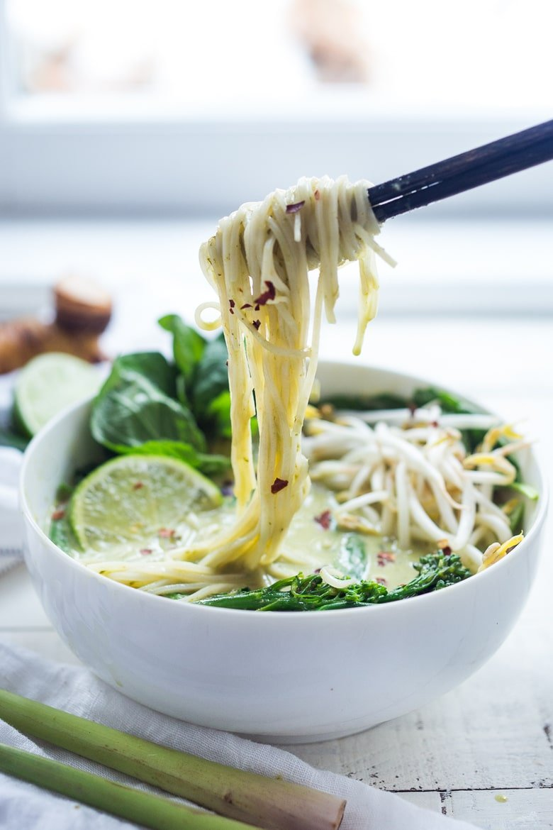 Thai Green Curry Noodle Soup - a simple easy dinner recipe loaded up with healthy veggies and your choice of chicken of tofu. | #noodlesoup #thaisoup #greencurry #currynoodles #vegan www.feastingathome.com