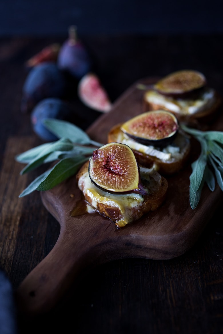 Fresh Fig Bruschetta with Cambazola Cheese and Sage-infused honey. A Simple and delicious vegetarian appetizer, perfect for special gatherings and parties! #figs #figappetizer #figbruschetta