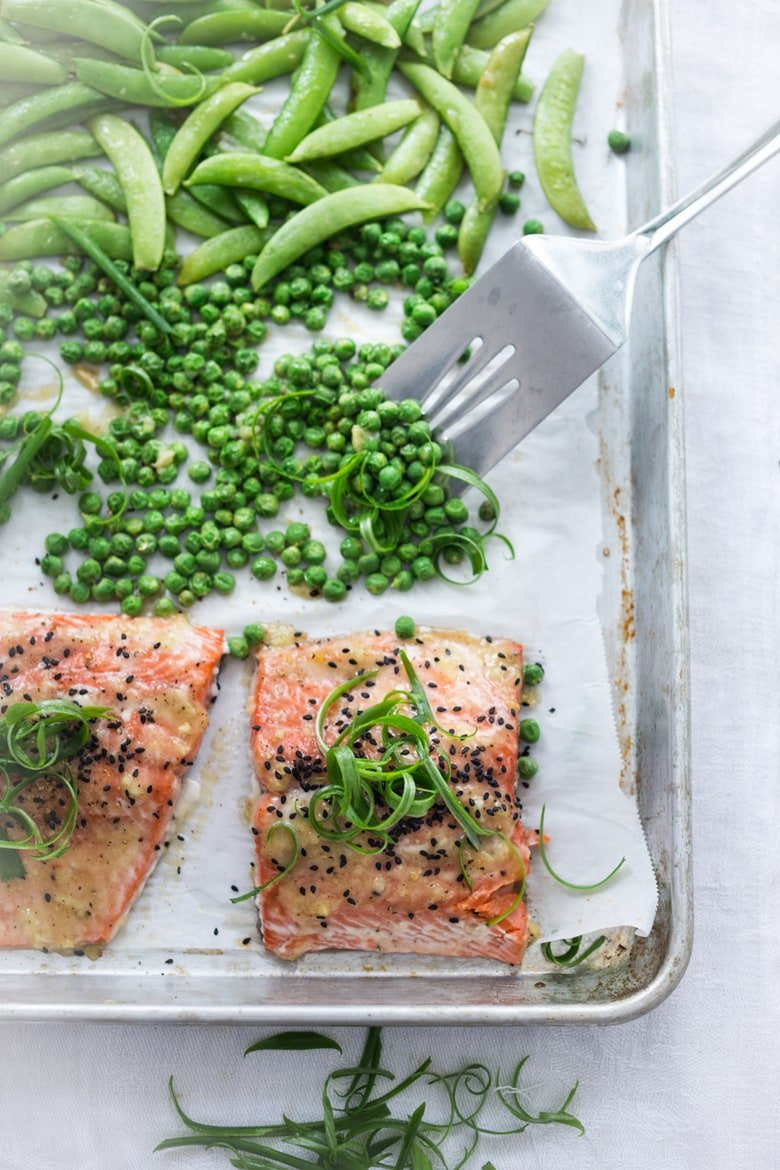 25 SHEET PAN DINNERS | Save time in the kitchen with these healthy, delicious weeknight meals that are simple to make and easy to clean up. Vegan and gluten-free adaptable! #sheetpandinner