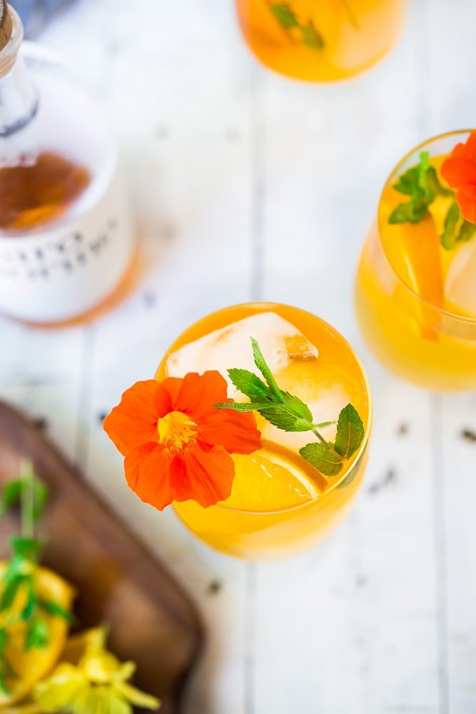 How to make an Aperol Spritz! A refreshing champagne cocktail served over ice perfect for hot summer nights! #aperolspritz #spritz #spritzer #winespritzer #champagnecocktail #summerdrink #cocktail