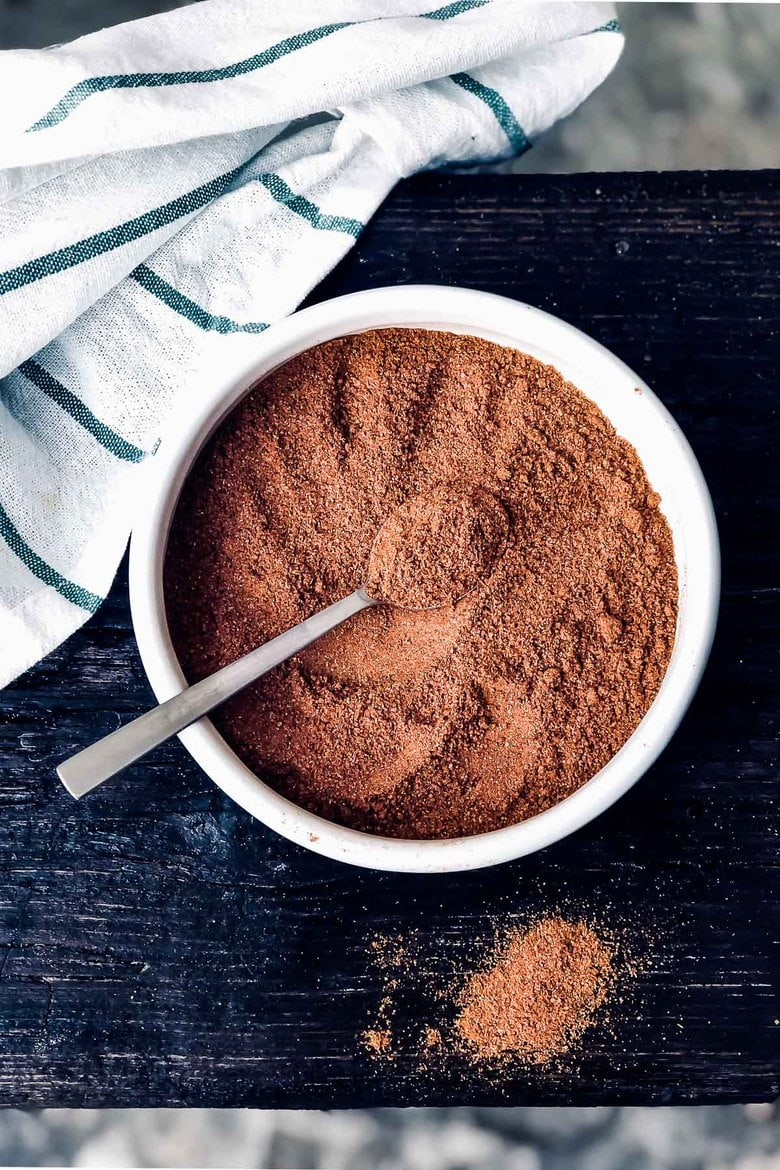 A simple recipe for Ras el Hanout - an aromatic blend of spices used in Moroccan cooking to season tangines, meats, vegetables and stews. #spiceblend #raselhanout