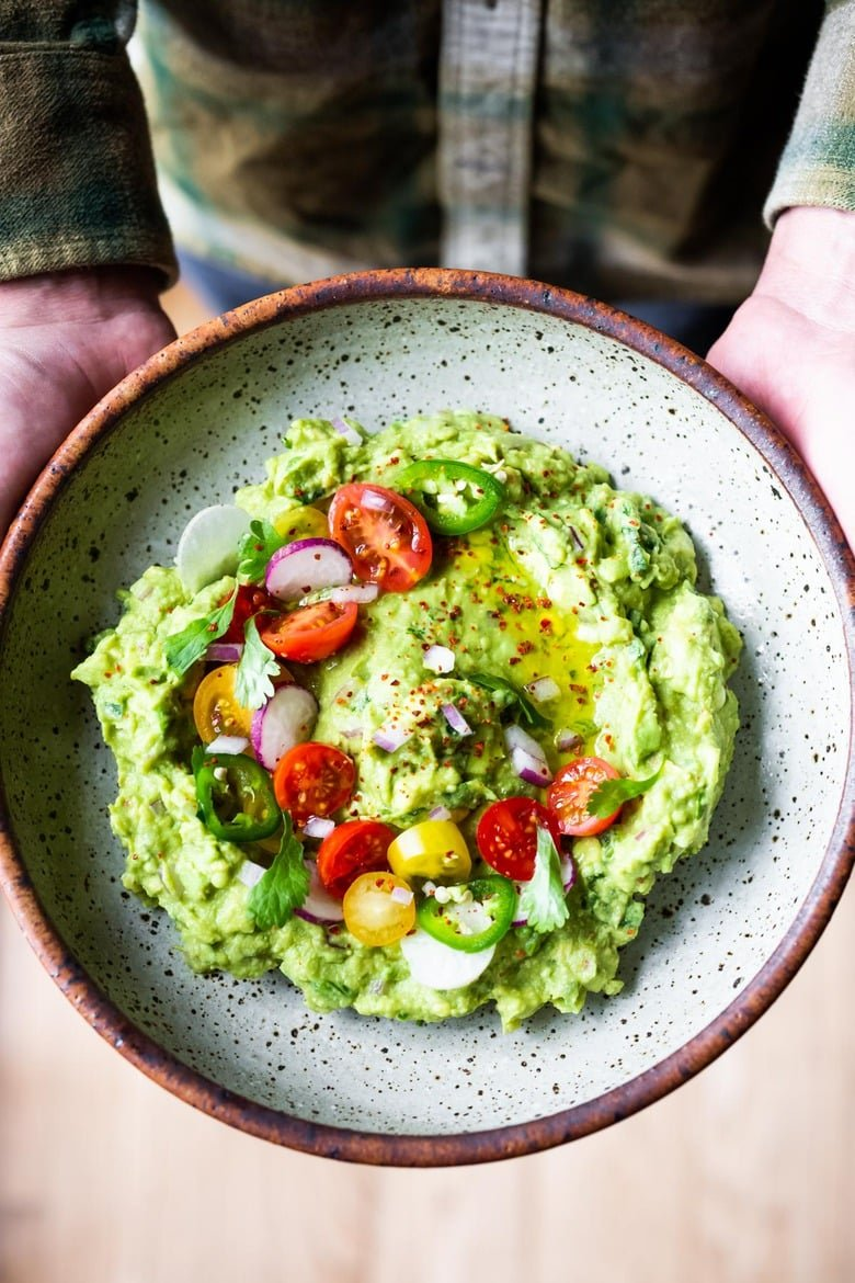 How to make the BEST guacamole! A simple easy recipe for Guacamole that will be the hit of your party! A flavorful Mexican appetizer that is vegan, gluten-free and healthy. #guac #guacamole #guacamolerecipe #avocadodip