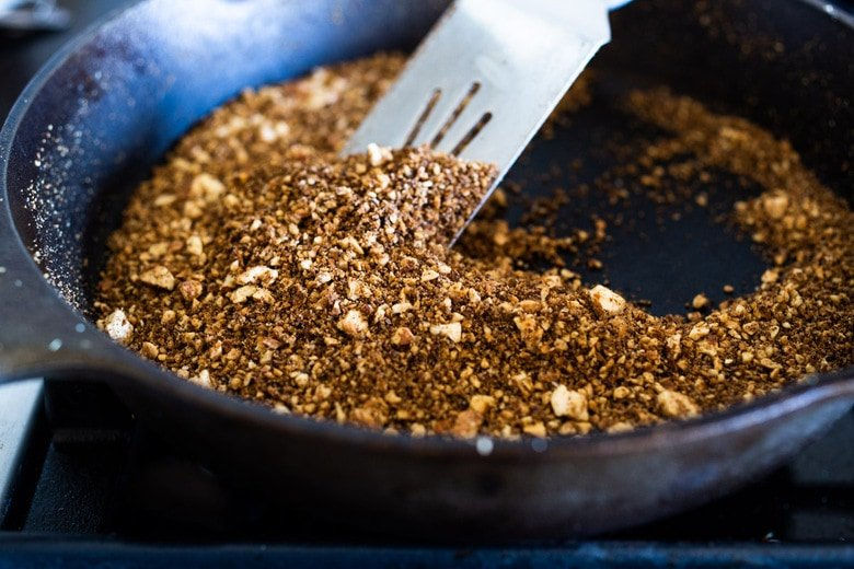 Dukkah is a flavorful Middle Eastern spice blend made with fragrant spices and and toasted nuts. Sprinkle it on soups, salads, eggs, avocado toast, sautéed veggies... to give an earthy flavor and delicious crunch! #dukkah #zaatar #middleeasternspice