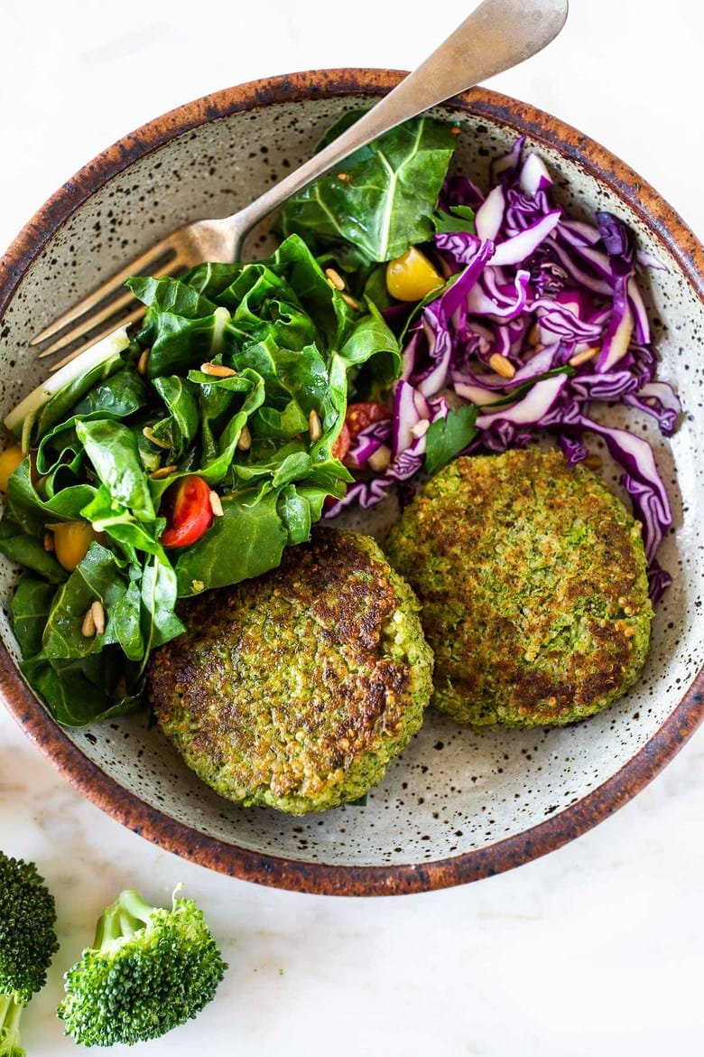 These Broccoli Quinoa Cakes can be made in 30 minutes & are a delicious healthy meal that your whole family will love! #quinoacakes #broccolicakes