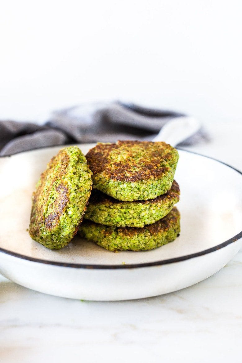 These Broccoli Cakes can be made in 30 minutes & are a delicious healthy meal that your whole family will love! #broccolicakes #quinoa #broccolirecipes