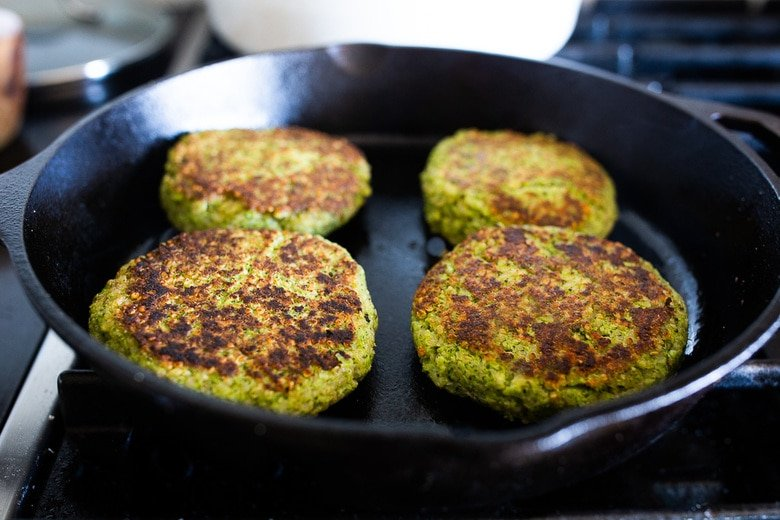 These Broccoli Quinoa Cakes can be made in 30 minutes & are a delicious healthy meal that your whole family will love! #broccolicakes #quinoa #broccolirecipes
