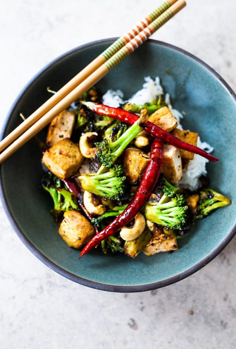 This flavorful Broccoli Stir fry can be kept vegan with Tofu (or substitute shrimp, chicken or beef). A fast and easy vegan dinner recipe that can be made in under 30 minutes. #stirfry #broccoli #veganstirfry #tofustirfry #paleo