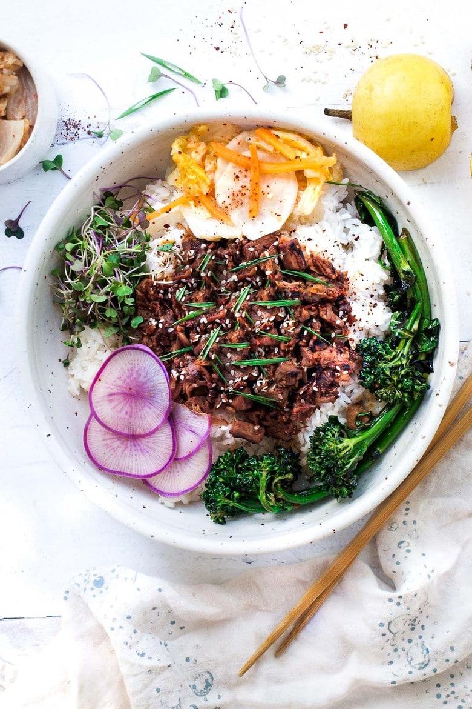 A Korean recipe for Vegan Bulgogi using jackfruit and the most flavorful sauce. Create a A vegan Bulgogi Bowl with rice, veggies and kimchi! #bulgogi #vegan bulgogi #jackfruit #bulgogibowl