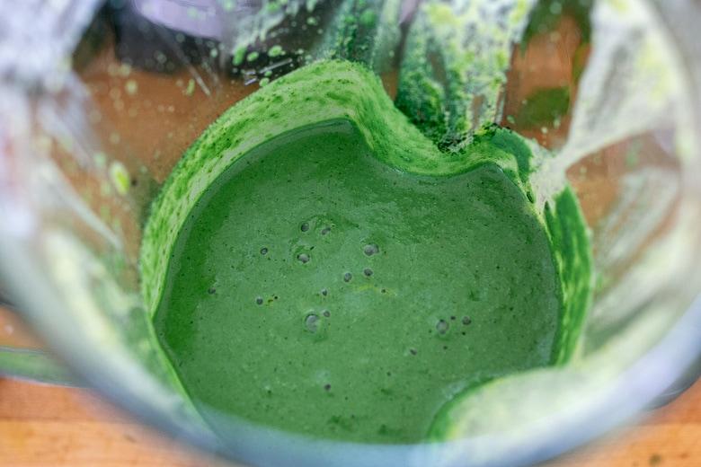spirulina dressing in a blender