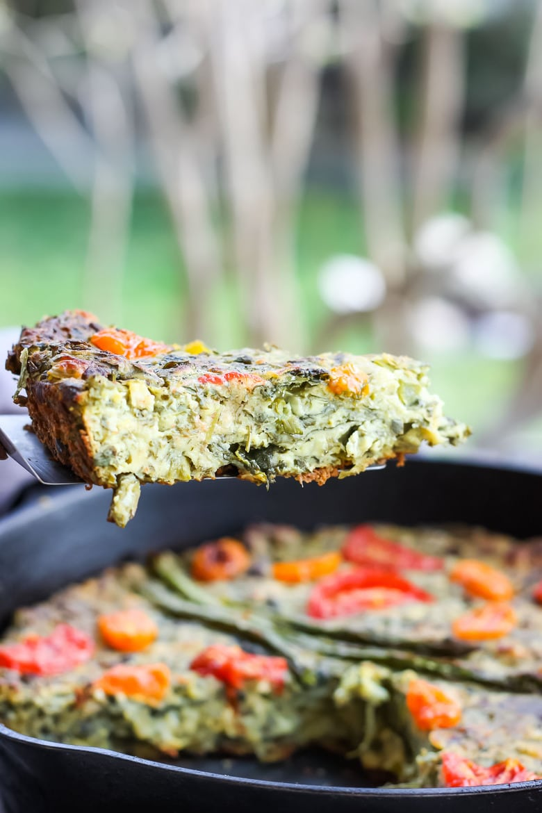 Vegan Frittata stocked up with fresh herbs, leeks and asparagus and a flavorful creamy chickpea flour filling. #frittata #veganbreakfast #veganfrittata